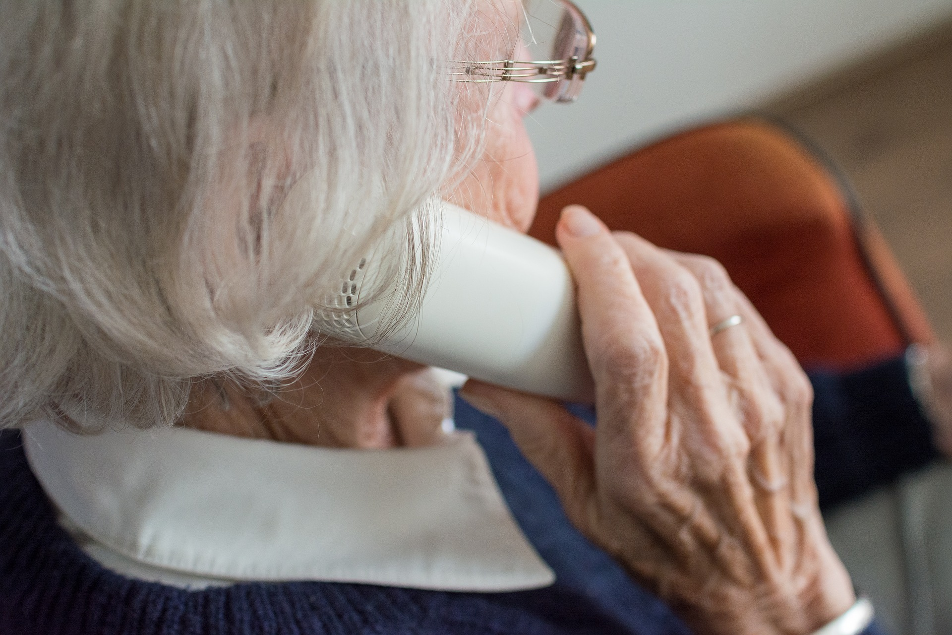 Vanem naisterahvas telefoniga rääkimas. Autor: Sabine van Erp